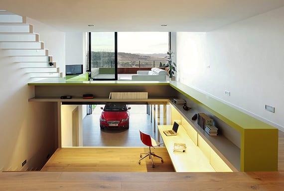 coole idee für homeoffice mit blick auf die garage, indirekt beleuchtetem bürotisch, L-förmiger Regal gelb