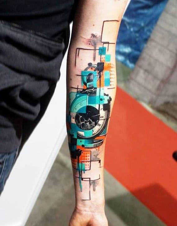 interessante man unterarm tätowierung in blau und orange und mit schwarzen konturen