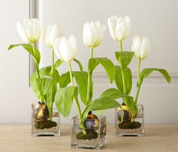 coole tischdeko idee mit weißen tulpen in rechteckigen teelichthalter glas