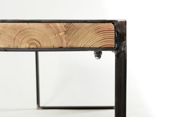 diy Holztisch mit Stahlgestell und Holzbohlen für moderne und minimalistische Esszimmereinrichtung