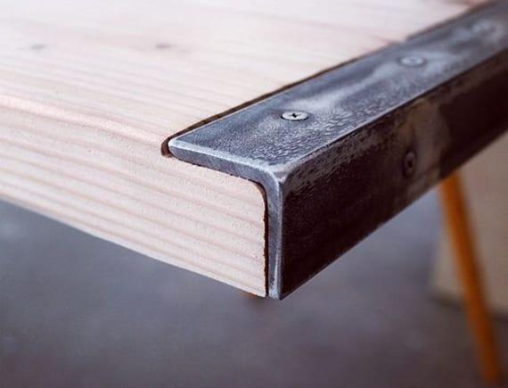 kreative Bastelideen für modernen DIY Esstisch aus Holz und Stahlprofilen mit sichtbaren Schrauben