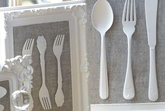 coole zimmerdeko und rustikale wanddeko selber basteln mit weiß gefärbtem Besteck in dekorativen Bilderrahmen weiß mit hintergrund aus Textil