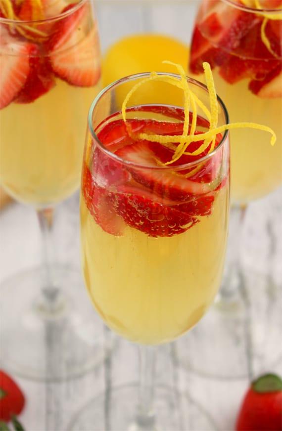 Champagner Cocktail mit frischen erdbeeren und Limoncello