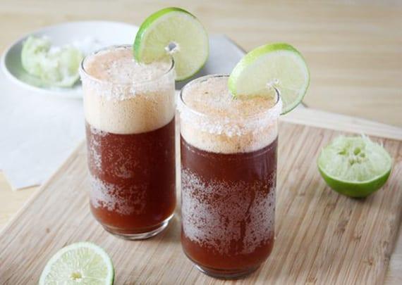 michelada cocktail mit mexikanischer bier, Tabasco und tomatensaft