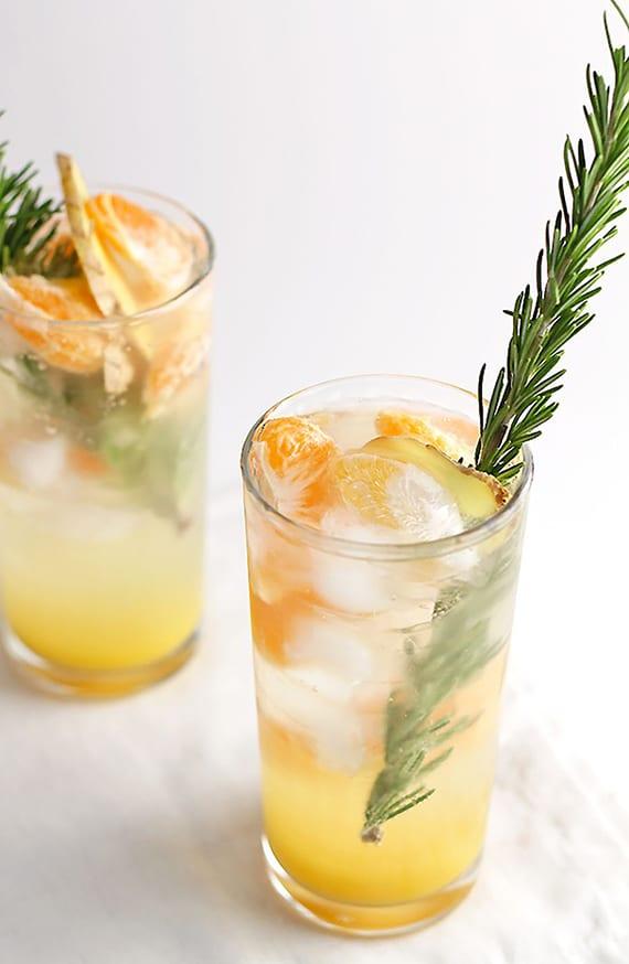 leckere Mocktail Rezept mit mandarinen, orangensaft, sprudelwasser und ingwer