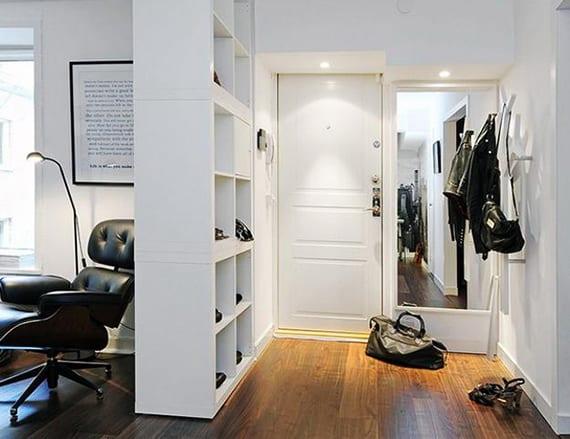 eingangsbereich in einzimmerwohnungen einrichten mit weißen kallax regalen, ganzkörperspiegel und attraktivem kleiderhaken