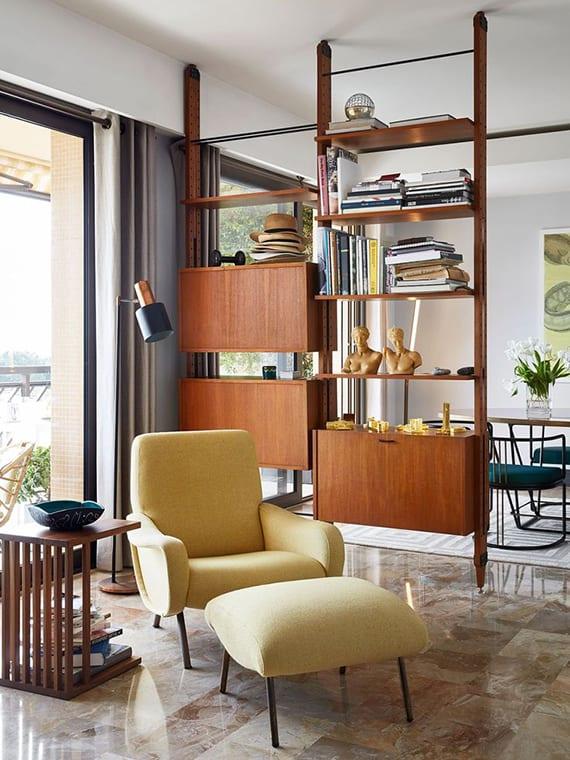 holzregalsystem im retro stil als raumteiler im wohnbereich moderner wohnungen