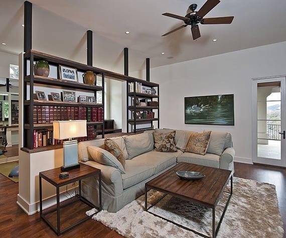 kreative wohnzimer raumteilung und einrichtung mit homeoffice hinter holzbücherregal und sofa mit kaffeetisch und beisteltisch aus metall und holz