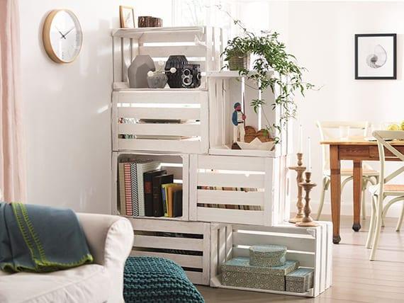 kluge raumteilung und dekoration rustikaler Wohnung mit diy Stufenregal aus weiß gestrichenen holzkisten