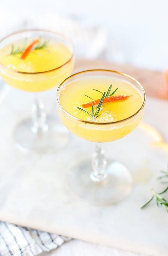 mimosa cocktail mit rosmarin, mandarine und wodka
