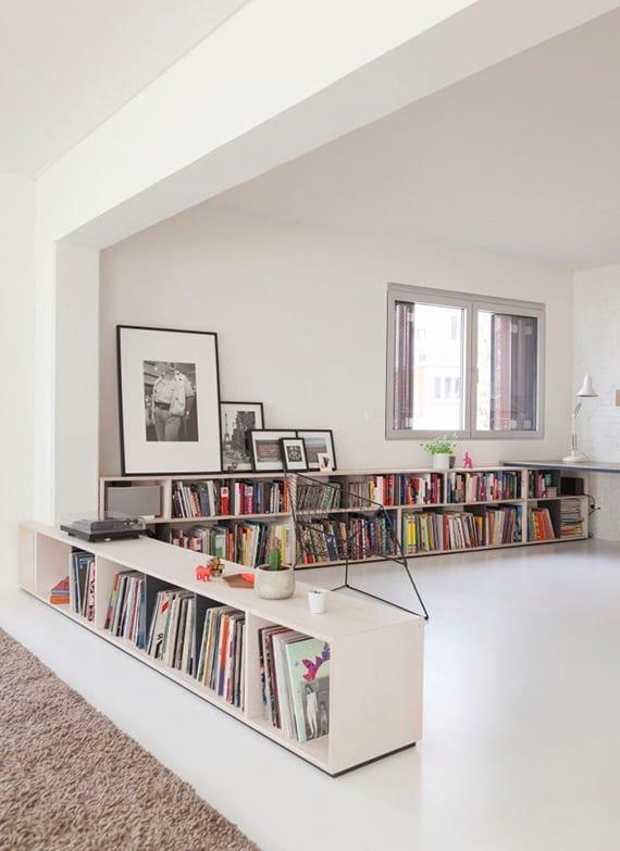 schickes interieur design in weiß von 1 raum wohnung mit weißen wänden,weißem bodenbelag und weißem bücherregal als raumteiler