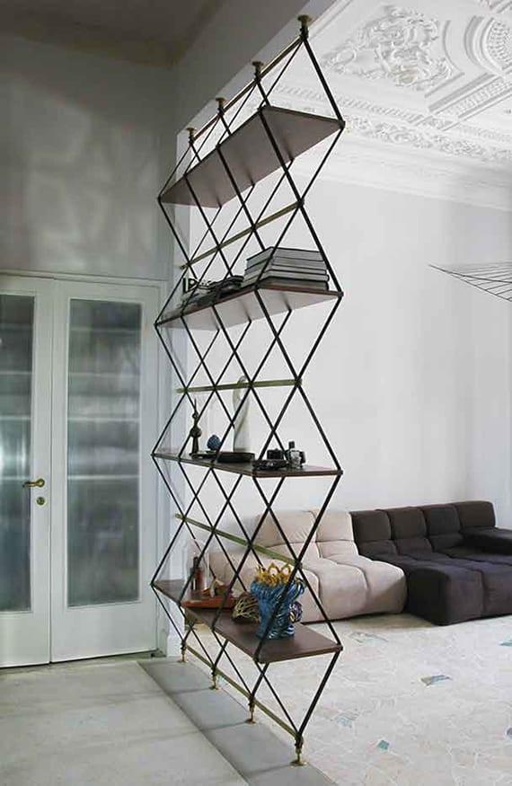 schickes wohnzimmer design mit deckengestaltung in klassischem stil, minimalistischem sofa und modernem regal aus holz und metall
