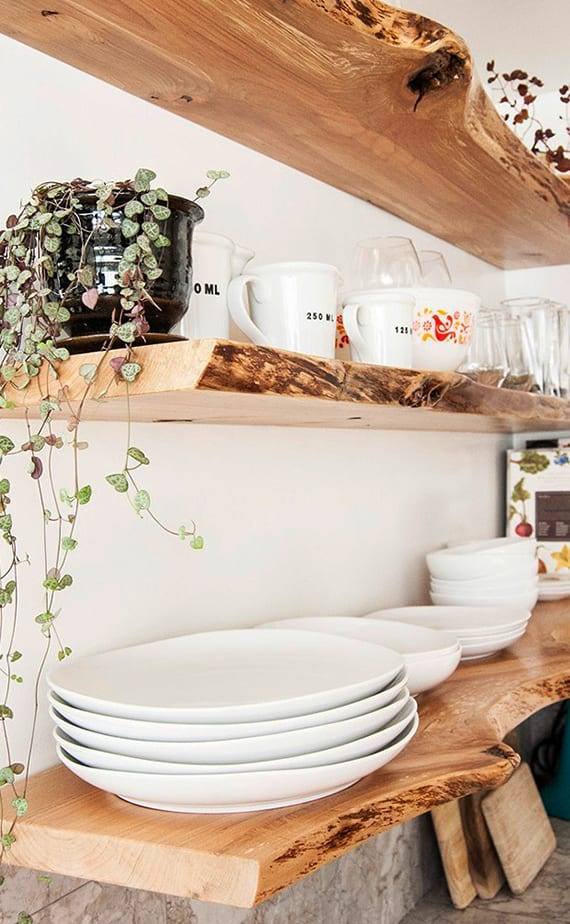 coole gestaltungsidee für rustikale Küche mit diy holzwandregalen in wandnische über der küchenarbeitsplatte