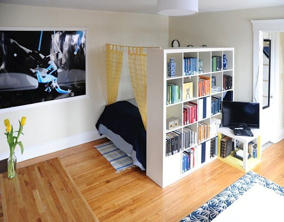 schlafbereich in einzimmerwohnung definieren und trennen mit vorhang und regal freshouse. Black Bedroom Furniture Sets. Home Design Ideas