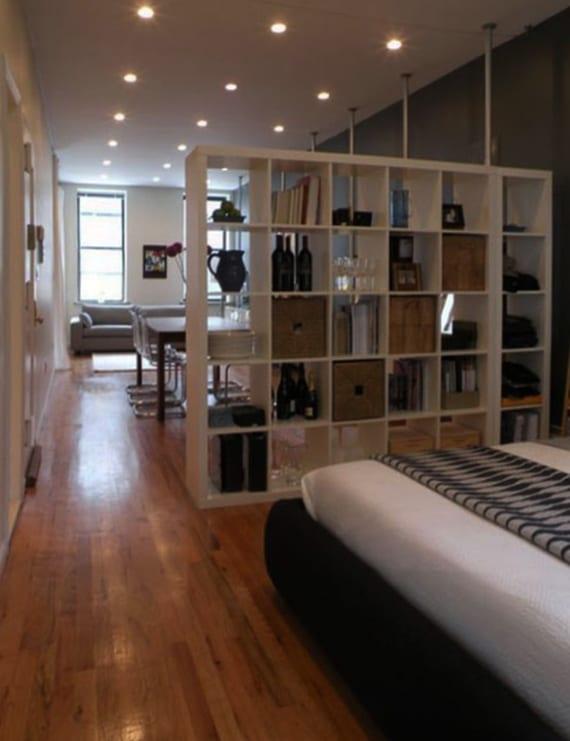 schmale einrimmerwohnung kreativ in wohn- und schlafbereich teilen mit offenem bücherregal