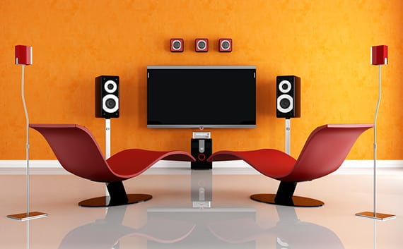 hoch moderne Wohnzimmer Einrichtung mit Home Audio System,Designer Lounge-Sesseln in rot und muttige Akzentwand mit Wandfarbe Orange
