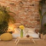 gemütlichkeit dem wohnzimmer verleihen mit Möbeln aus Naturholz, frischen Pflanzen und indirekter beleuchtung