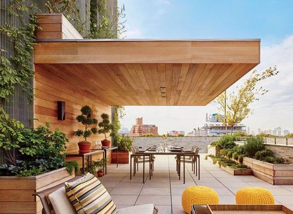 moderne dachterrasse gestaltung mit überdachten Essbereich,Begrünung in Hochbeeten aus Holz, kletterpflanzen und modernen Gartenmöbeln aus metall