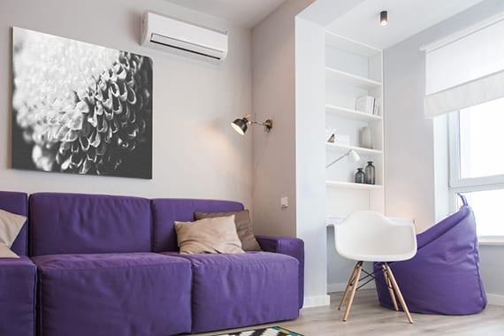 coole zimmereinrichtung mit modernem 3er Sofa und sitzsack in Trendfarbe Violett, eleganter wanddeko mit schwarzweißem bild einer blume, platzsparendem schreibtisch mit wandregal in wandnische