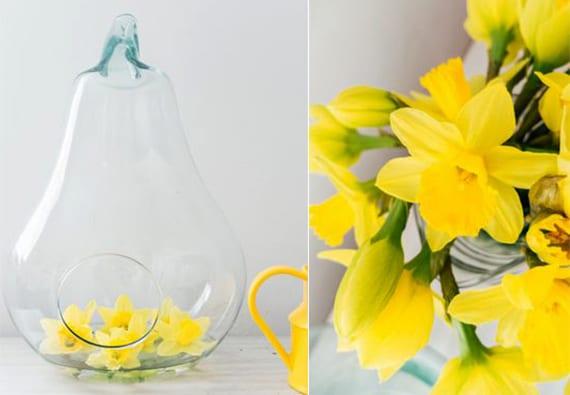 originelle blumendeko mit Glasbehälter in Birnenform mit narziss-blüten