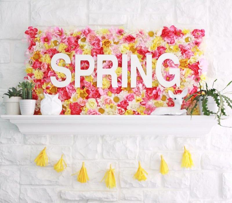 fröhliche Wanddeko Frühling mit DIY Blüten-Leinwand auf Wandregal weiß und DIY Troddel-Girlande gelb