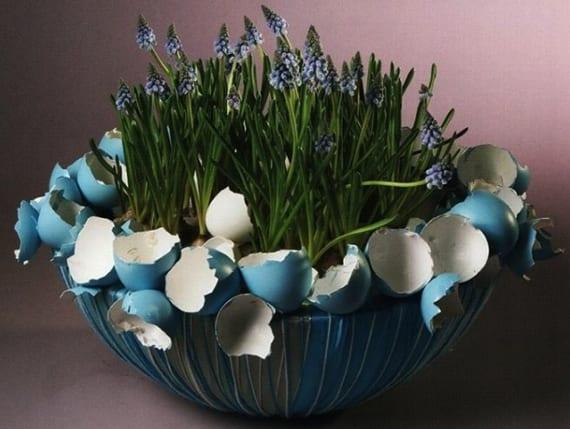 coole DIY Blumenkübel zu Ostern basteln mit farbigen Ostereierschalen