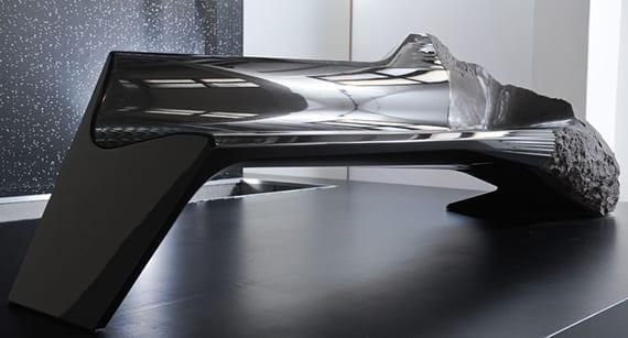 grauer sofa mit poliertem Sitz aus carbon und lavagestein