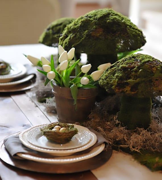tischdeko frühling mit weißen tulpen und großen pilzen aus moos selber basteln