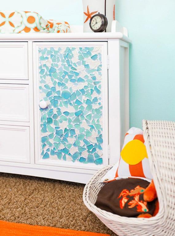 weiße holzmöbel umgestalten mit blauer mosaik aus glasscherben