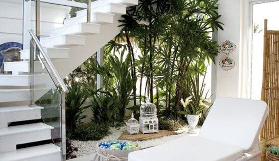 den raum unter offener treppe nutzen f r dekorativen steingarten und begr nung im wohnraum. Black Bedroom Furniture Sets. Home Design Ideas