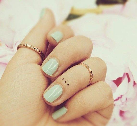ideen für kleine hand tattoos mit punkten