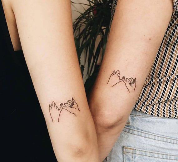 kleines arm tattoo als zeichen für geschwisterliebe