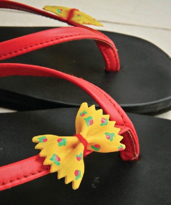 originelle bastelidee mit nudeln für kreative deko von sandalen