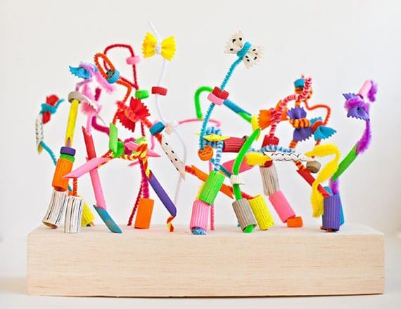 coole bastelidee für kinder mit bunten pfeifenreinigern, holz und gefärbten nudeln