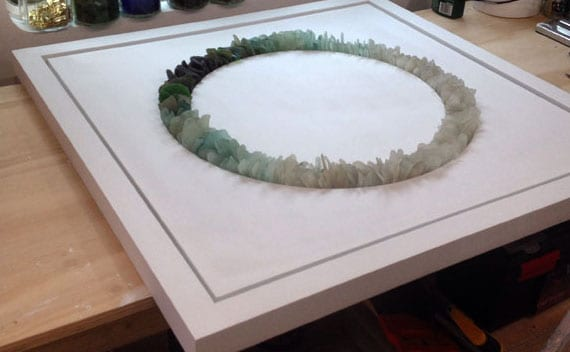 bastelideen für coole wanddeko mit flachen meerglas steinen in geometrieformen