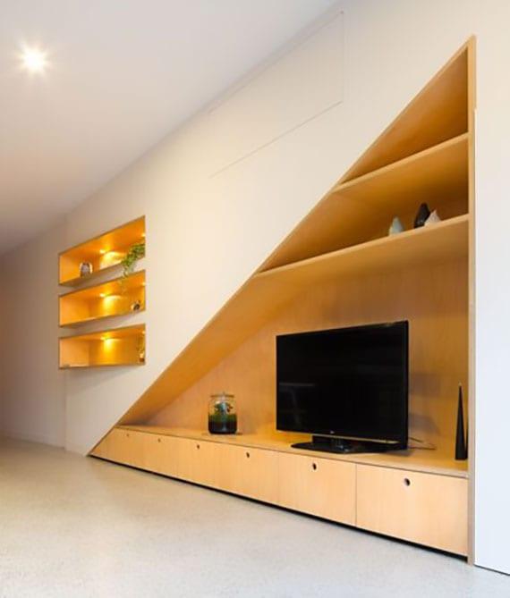 kreative idee für moderne einrichtung mit eingebauter tv-wand aus holz und originelle wandregalen holz mit einbauleuchten