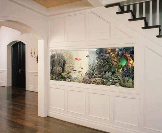 bunte,kreative und transparente raumdekoration mit großem Aquarium unter treppe