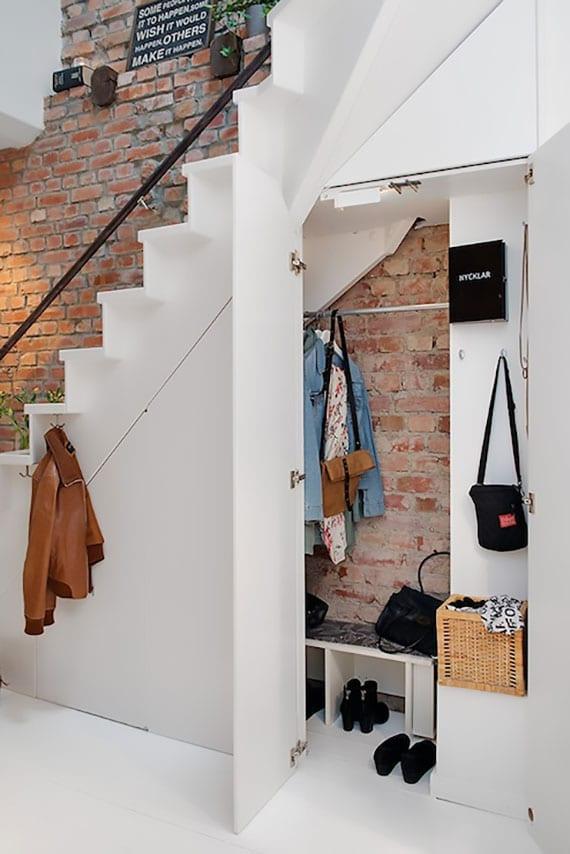 coole beipsiele für raumsparende einrichtung im flur mit eingebauter garderobe unter innentreppe weiß