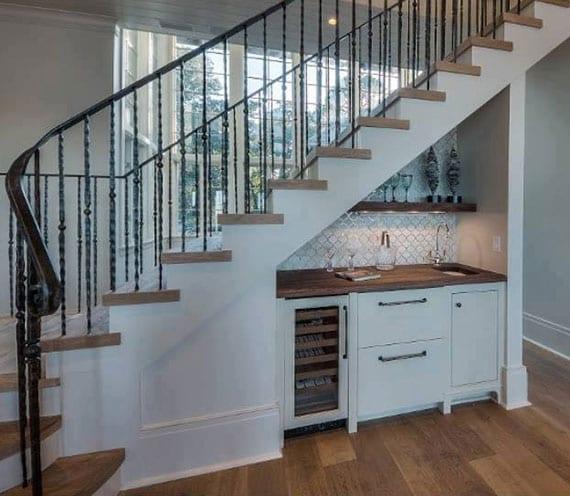 raumsparende ideen für kleine und offene Küchen mit moderner küchenzeile weiß und holzwandregal unter innentreppe mit holzstufen