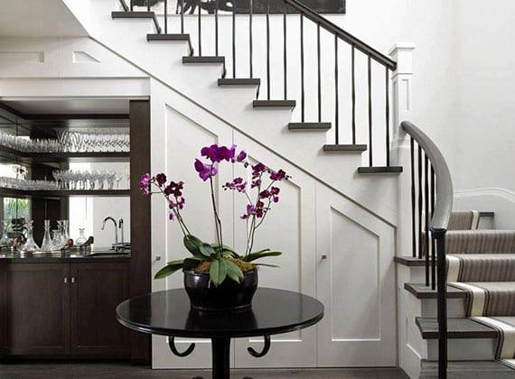 raum unter treppe für kleine Bar mit waschbecken, spiegelwand und wandregalen für gläser verwandeln