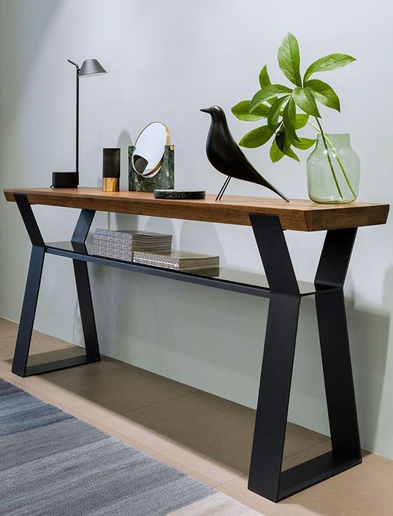 einrichtungsidee für wohnzimmer und flur mit modernem Sideboard holz mit glasregal und stahlfüßen