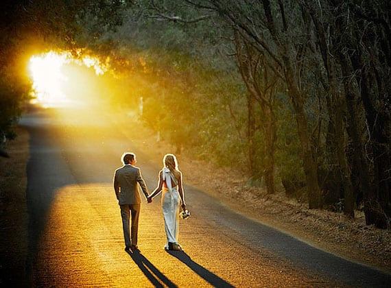 romantische brautpaar foto auf der Straße in der wald beim sonnenuntergang