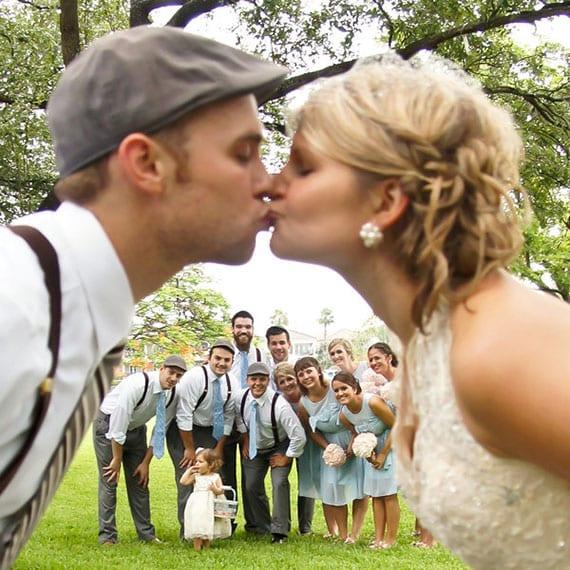 fotoidee für brautpaar kuss foto mit den trauzeugen