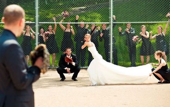 Baseball Hochzeitsfoto mit den trauzeugen als coole hochzeits idee fürs fotoalbum
