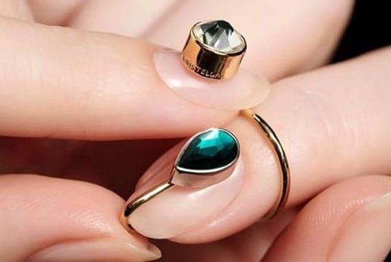 moderne nagelkunst mit nagelring und nagelsteinen