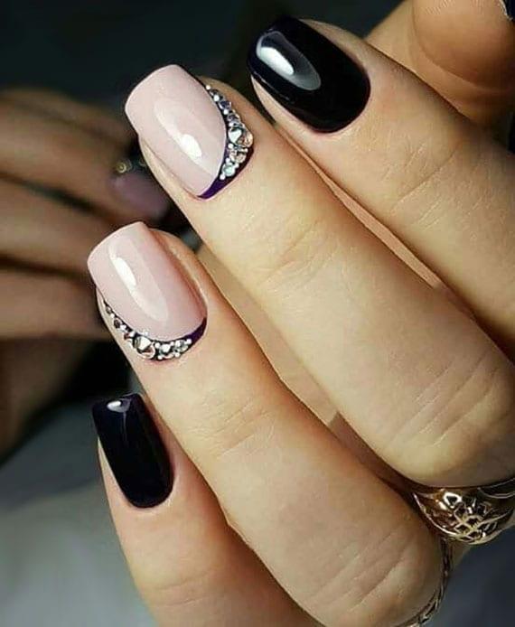 tolle nagelschmuck ideen mit nagelsteinchen für schicke maniküre kurzer nägel in hellrosa und dunkellila