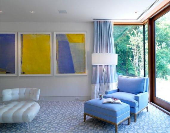 wohnliches wohnzimmer gestalten in weiß und lavendelblau mit ledersessel weiß, sessel mit fußhocker in lila, gemustertem teppich, stehlampe und coole wanddeko mit gelben akzent