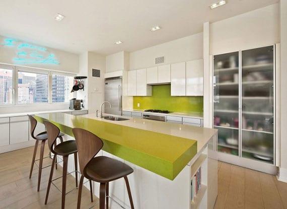 moderne küche weiß mit kochinsel, barhocker in dunklem holz und farbakzenten in leuchtendem limettengrün