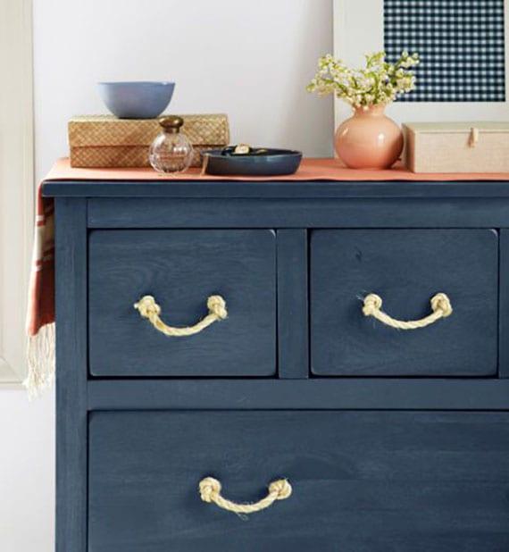 maritime wohnstil gestalten mit holzkommode blau und diy schrankgriffe aus seil