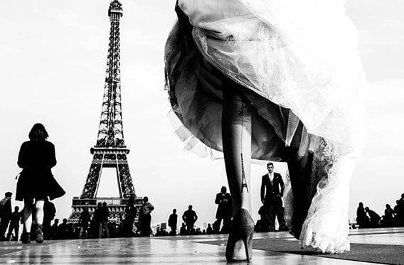 traumhochzeit in Paris_interessante brautpaarfoto vor dem Eiffelturm_coole Eiffelturm-Beintattoo Frauen